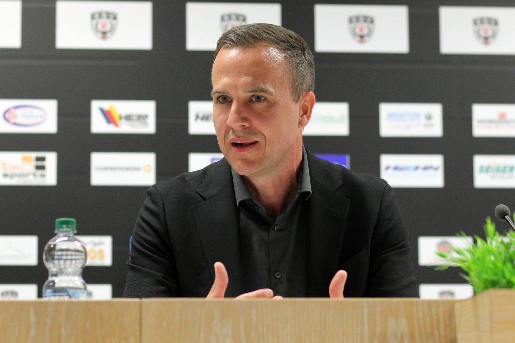 Maik Schütt vor Medienwand
